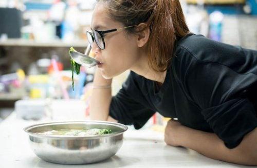 Девушка ест диетический суп
