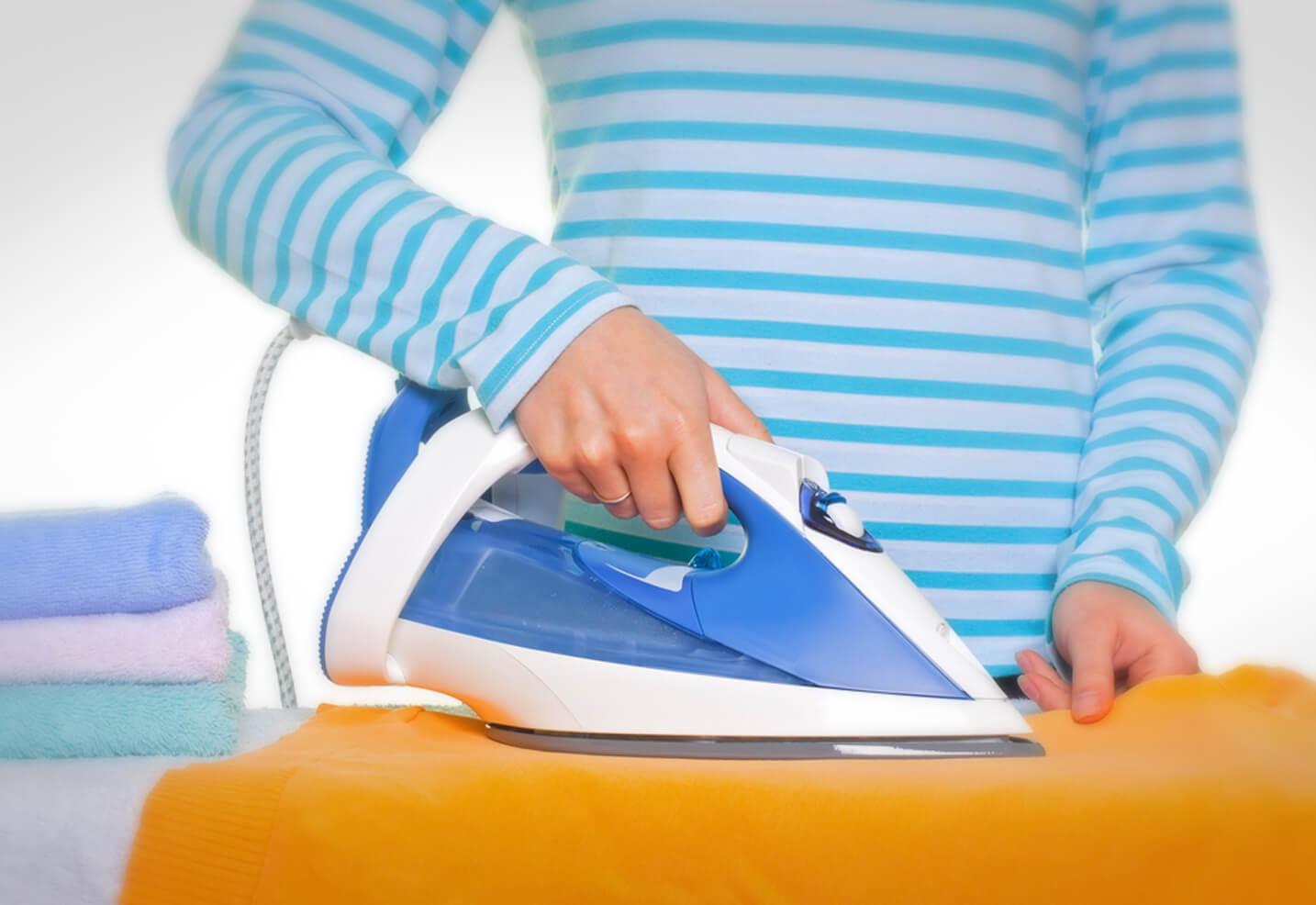 Как очистить утюг от пригоревших остатков ткани?