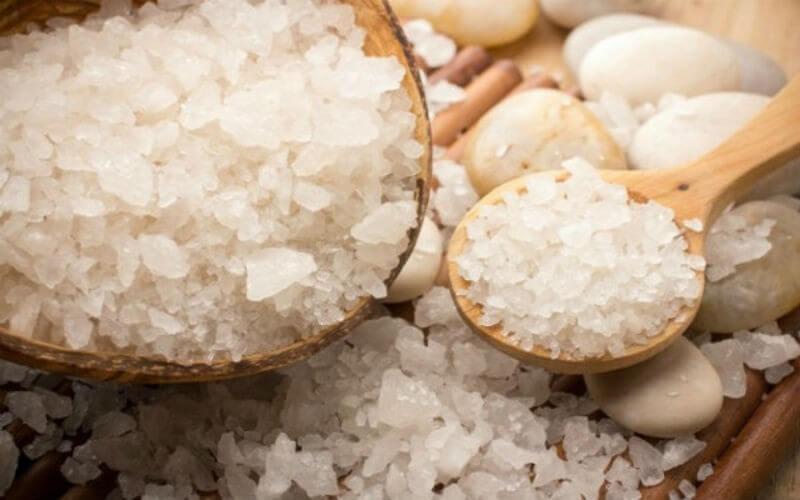 Очистить утюг солью