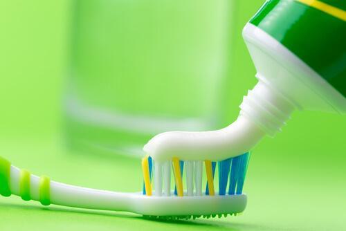 Очистить утюг зубной пастой