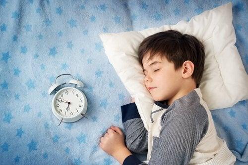 Почему ребенок поздно ложится