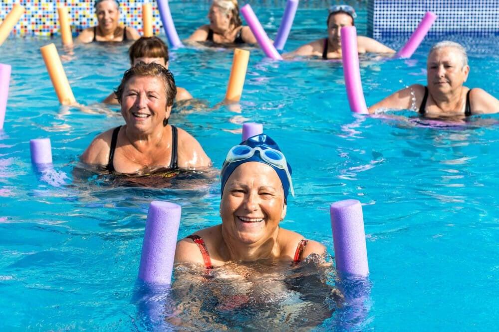Пожилые люди и аквааэробика