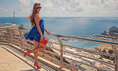 Девушка позирует в голубом платье и туфлях на каблуках