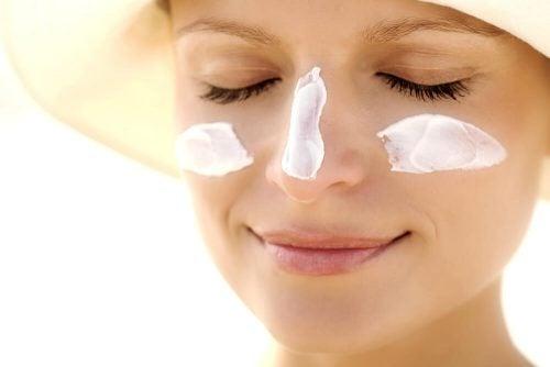 Используй солнцезащитный крем для жирной кожи. Он поможет предотвратить меланозу.