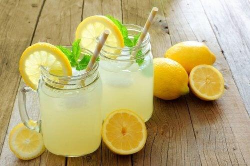 Вода с лимоном и льняным семенем для метаболизма