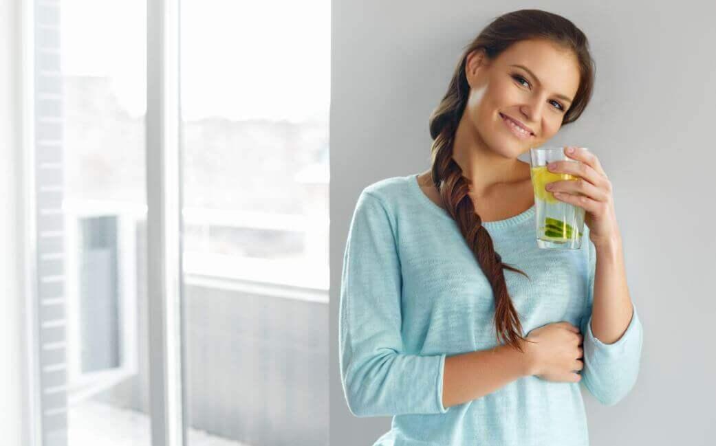 Вода с лимоном и льняным семенем для стройности