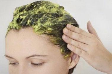 Увлажнить сухие волосы с помощью яйца