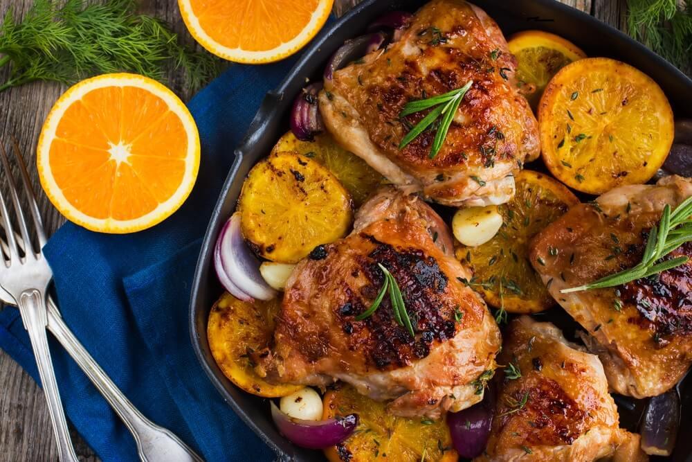 Курочка, запеченная в духовке с апельсином и розмарином: пальчики оближешь!