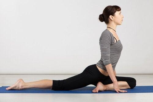 Позы йоги голубь
