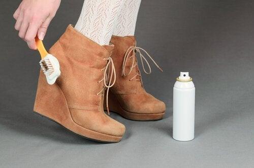 Узнайте, как чистить обувь из разных материалов