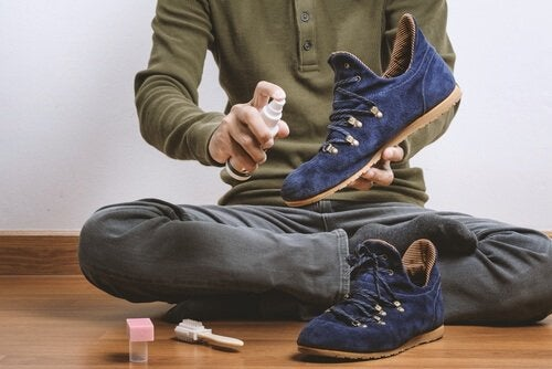 Чистить обувь из замши