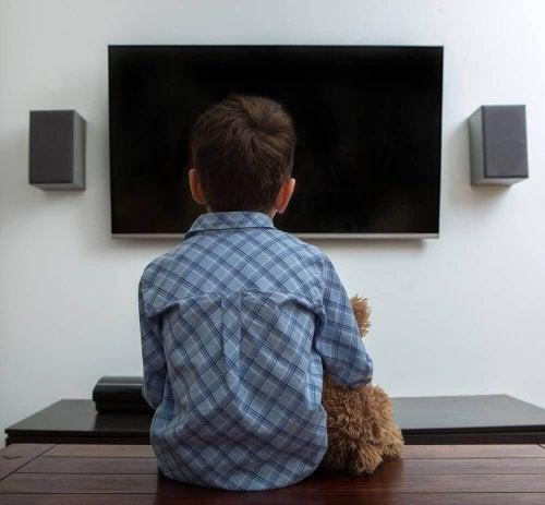 Ленивый ребенок перед телевизором