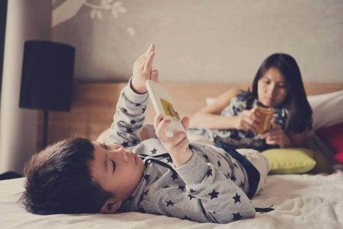 Ленивый ребенок с планшетом