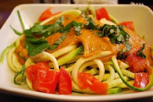 овощи на пару и спагетти с белым соусом