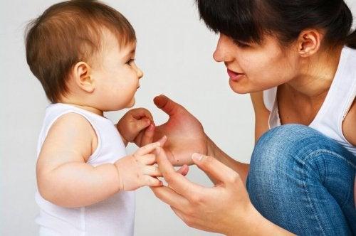 Ребенок учится говорить