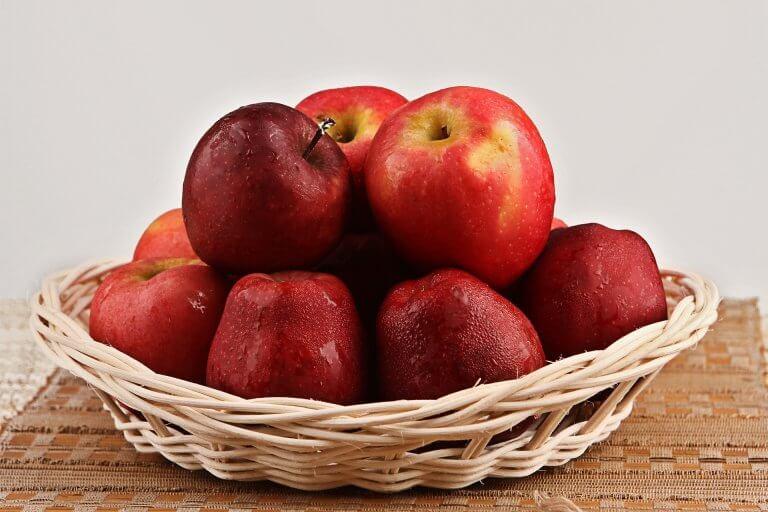 Яблочный пирог и яблоки