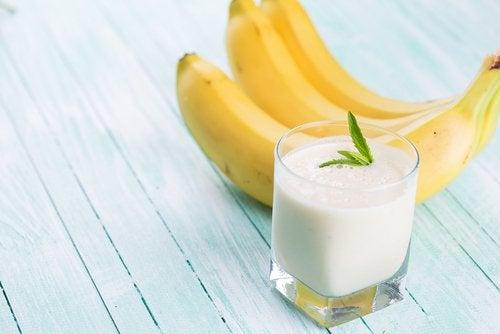 Смузи с овсяным молоком, бананом и мятой