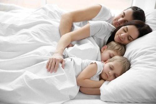 Почему дети так любят спать в постели родителей?