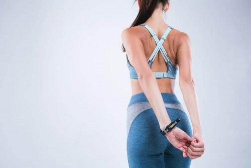 4 упражнения на растяжку, которые помогут вам исправить осанку