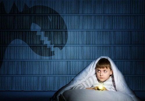 Спать в постели родителей от страха