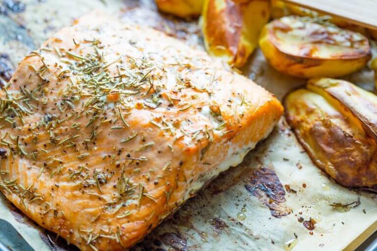 Лосось в духовке с картофелем и овощами: простой рецепт