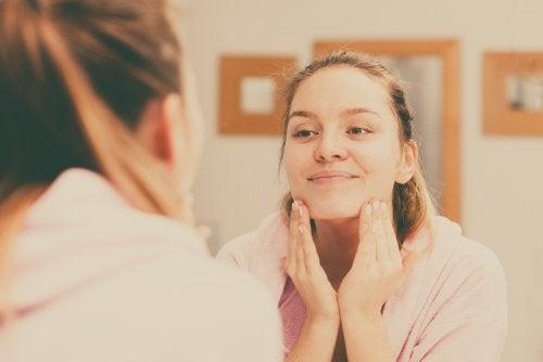Чистая и нежная кожа лица: 4 полезных совета по уходу