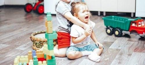 Драки между детьми: как вести себя родителям?