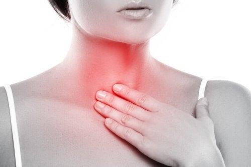 Бактериальная инфекция горла у женщины