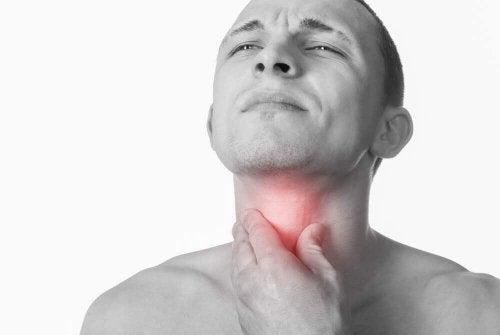 Бактериальная инфекция горла у мужчины