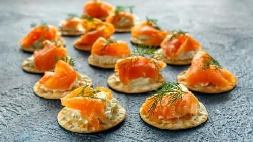 Блинчики с копченым лососем в соусе тартар: делимся рецептом
