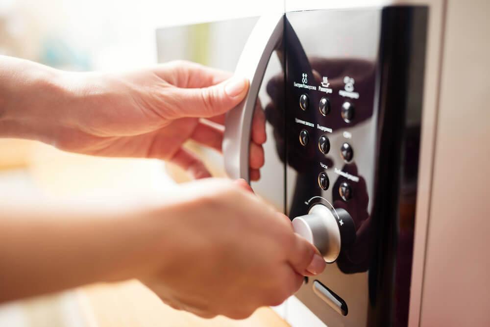 Микроволновая печь поможет очистить губки для мытья посуды