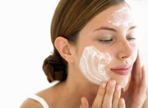 Нейтральное мыло поможет правильно очищать кожу