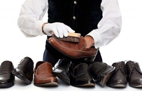 Как чистить кожаную обувь правильно
