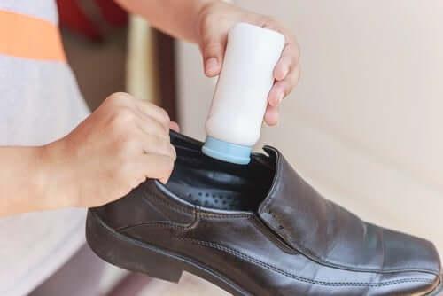 Как чистить кожаную обувь изнутри