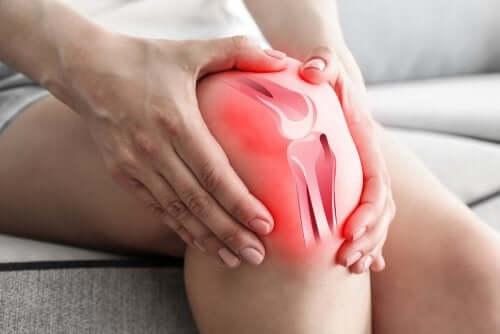 Почему остеоартрит вызывает боль в колене?