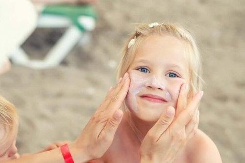 Как заботиться о коже ребенка летом