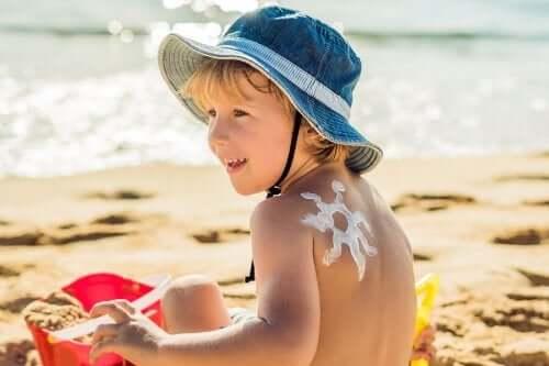 Как заботиться о коже ребенка летом: 5 полезных советов