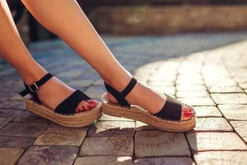 Открытая обувь стала неприятно пахнуть? Предлагаем 3 натуральных решения