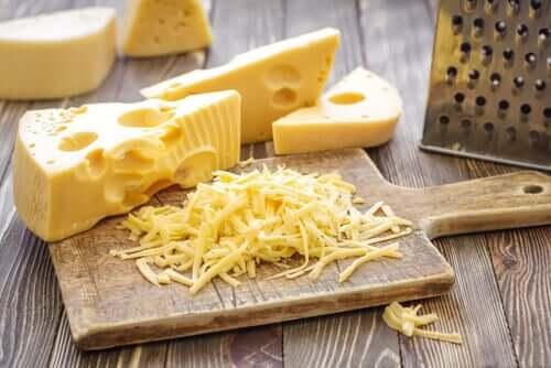 Как резать сыр твердых сортов