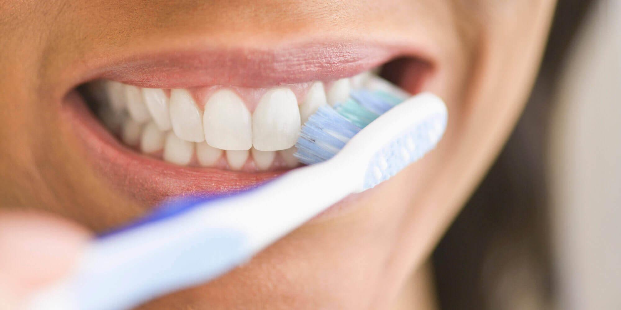 Как правильно чистить зубы, если кровоточат десны?