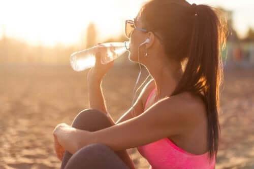 Как правильно увлажнять кожу и пить воду
