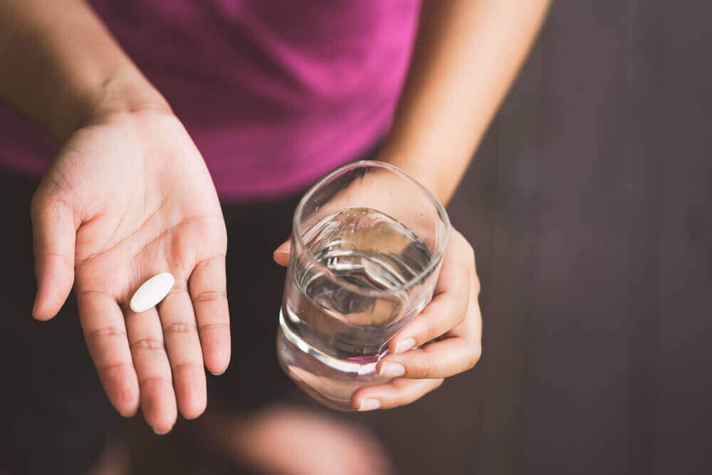 Женщина с таблеткой в руке