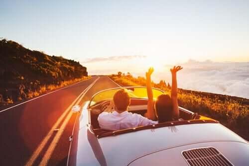 Пара в машине уезжает в закат