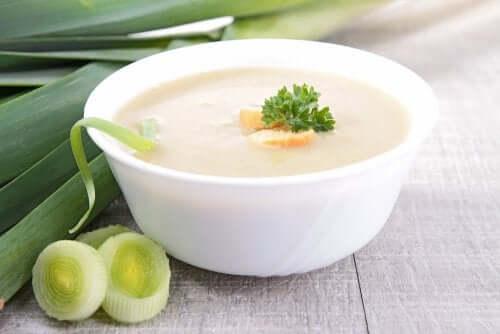 Овощной крем-суп с грибами, луком-пореем и имбирем