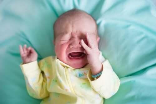 Причины запора и плача детей