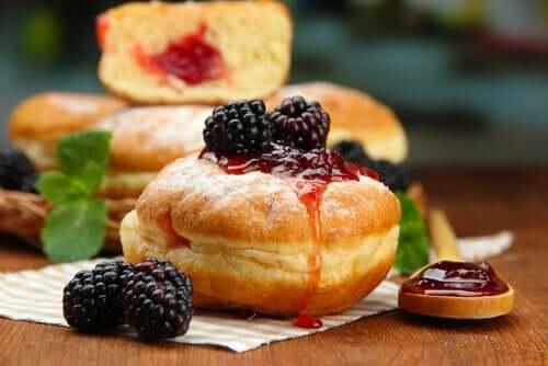 Пончики с ягодами