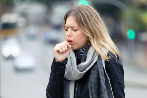Женщина кашляет на улице