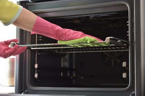 Как очистить противни от жира: 7 способов