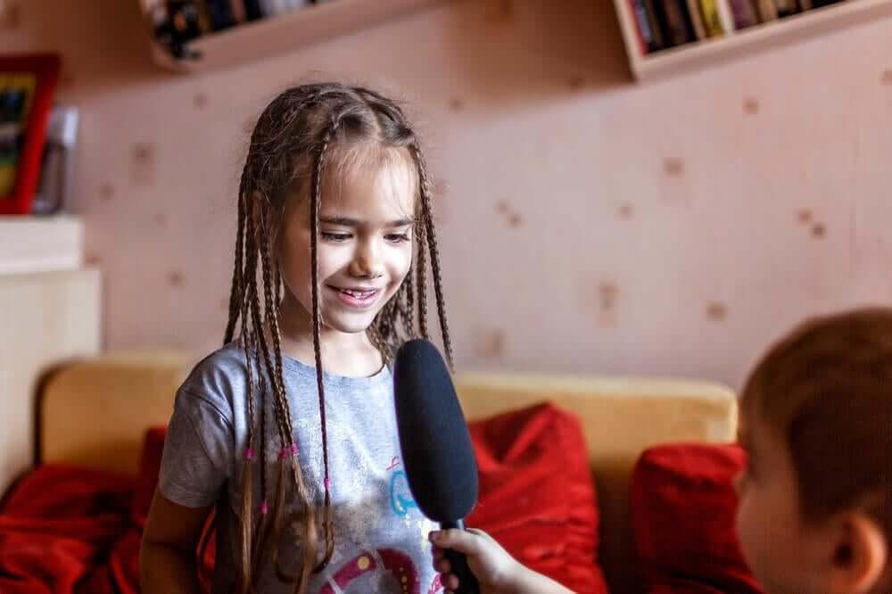 Ребенок играет в журналиста