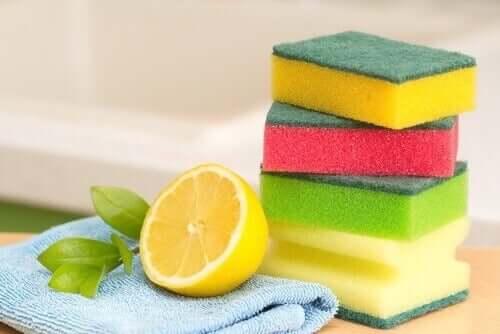 Лимон поможет очистить противни